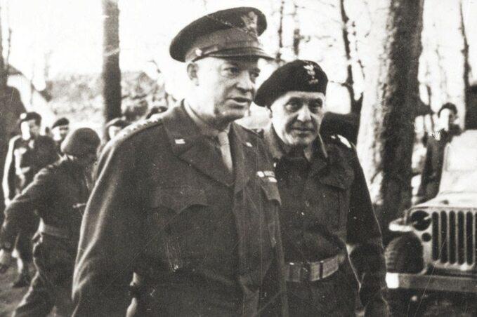 Gen. Dwight Eisenhower podczas wizytacji 1. Dywizji Pancernej. Gen. Stanisław Maczek poprawej.