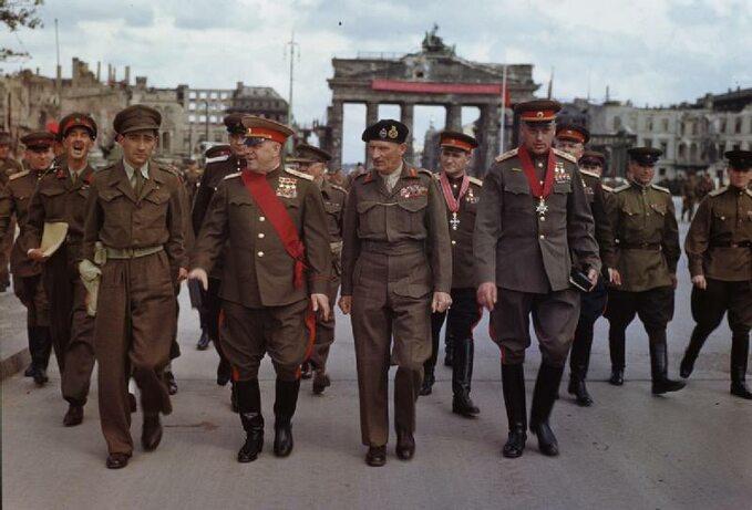 Alianccy dowódcy wBerlinie, 1945r. Wpierwszym rzędzie drugi odlewej Gieorgij Żukow.