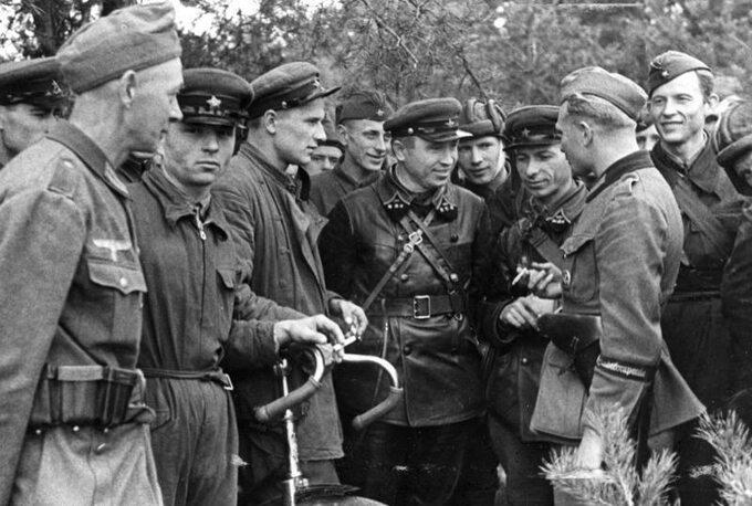 Spotkanie żołnierzy Wehrmachtu iArmii Czerwonej 20 września 1939r., nawschód odBrześcia