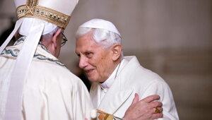 Benedykt XVI choruje na postępujący paraliż. Ks. Ratzinger: Codziennie...