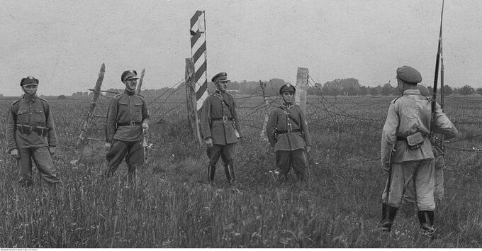 Żołnierze KOP-u nagranicy polsko-sowieckiej, podczas spotkania zpatrolem sowieckim