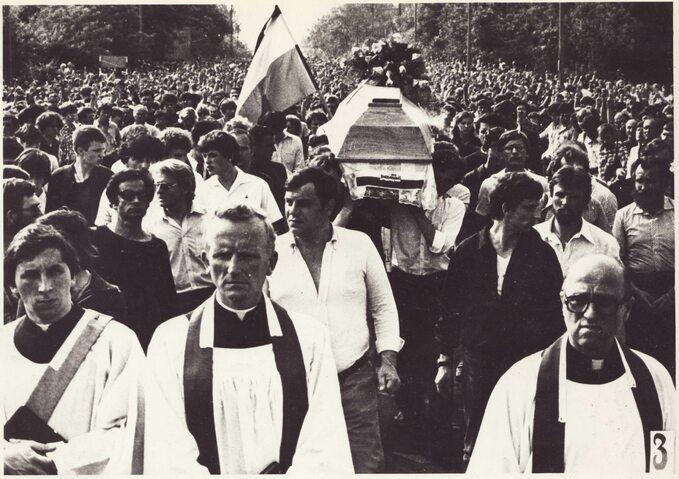 Pogrzeb Grzegorza Przemyka. Kondukt żałobny wdrodze naCmentarz Powązkowski wWarszawie. Wpierwszym rzędzie pośrodku idzie ks. Jan Sikorski. 19 maja 1983r.