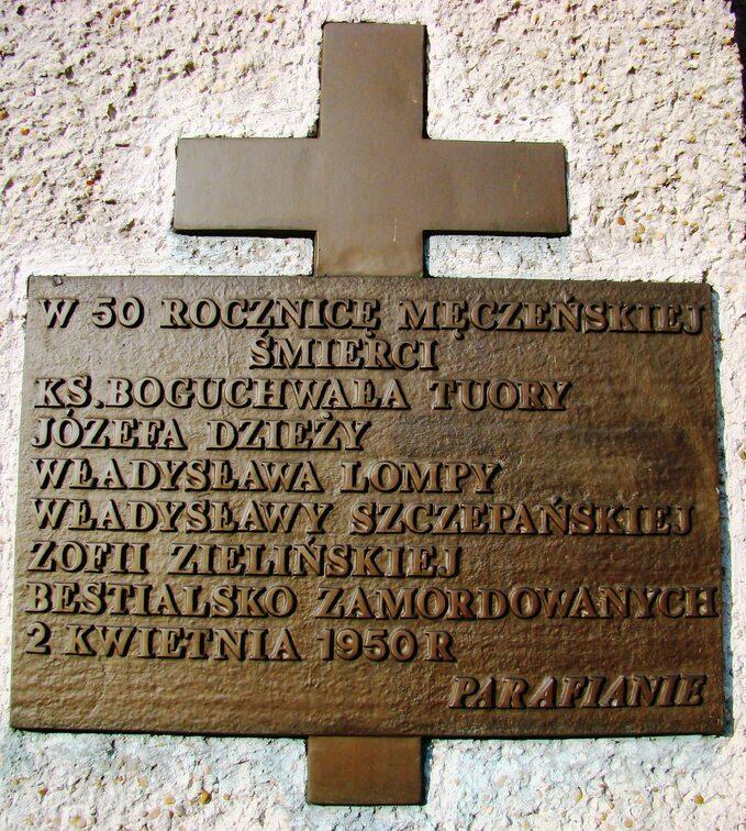 Tablica upamiętniająca zamordowanych naplebanii wPoczesnej.