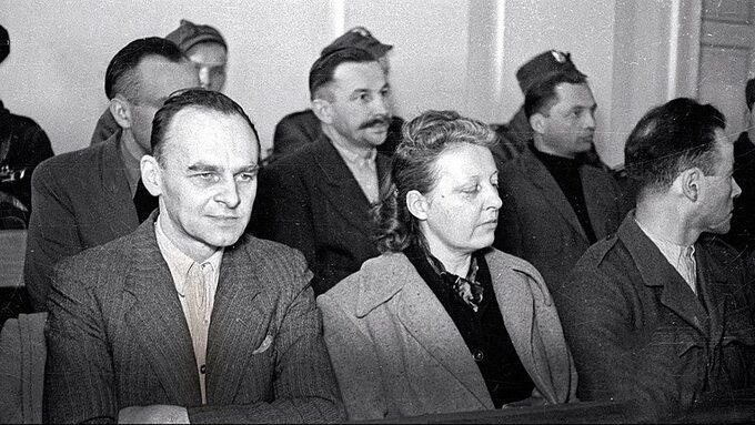 Witold Pilecki, Maria Szelągowska iTadeusz Płużański (z profilu) naławie oskarżonych, marzec 1948
