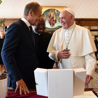 Donald Tusk na audiencji u papieża. Ofiarował Franciszkowi nietypowy...