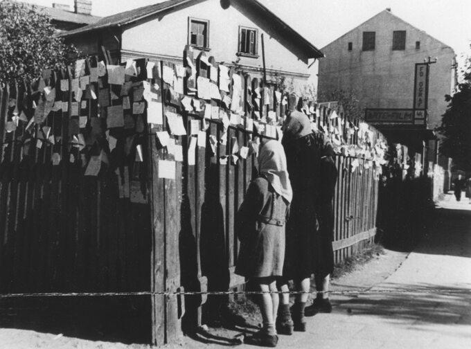 Fragment ogrodzenia  nieopodal zachodniej bramy obozu  zprzypiętymi kartkami napisanymi przez warszawiaków