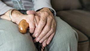 Wzruszający gest 91-latka. Oddał swoją szczepionkę matce...
