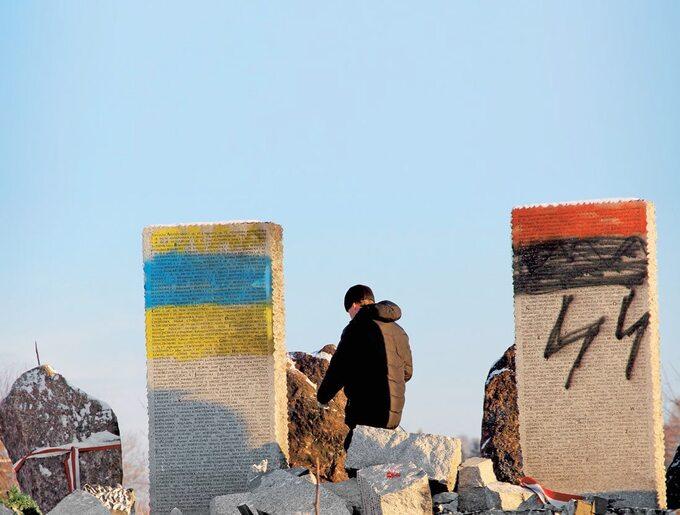 Zdewastowany pomnik upamiętniający Polaków zamordowanych w1944r. wHucie Pieniackiej