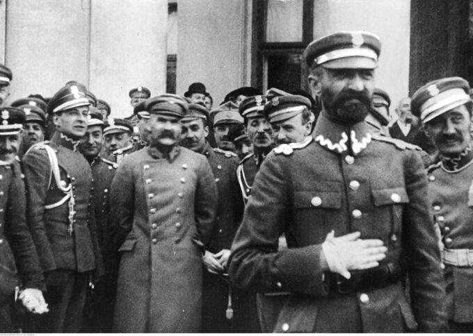 Walery Sławek (na pierwszym planie), fotografia z1919 lub1920r.
