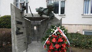 """""""Niech prawda przemawia do kolejnych pokoleń"""". Odsłonięto pomnik Jana..."""