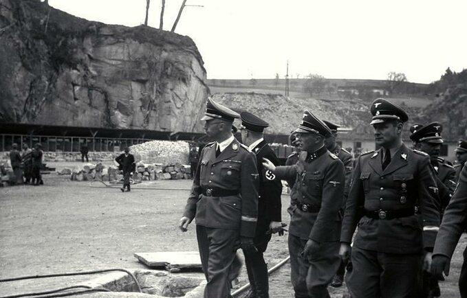 Wizytacja obozu Mauthausen. Wpierwszym szeregu odlewej: Heinrich Himmler, Franz Ziereis iKarl Wolff