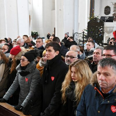 Policja: 45 tys. osób bierze udział w uroczystościach pogrzebowych w...