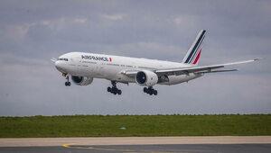 Chory na COVID-19 mężczyzna poleciał samolotem przebrany za swoją żonę