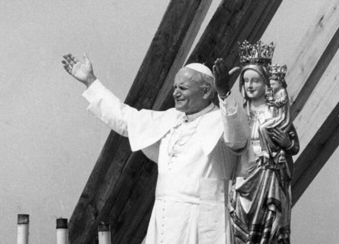 Ipielgrzymka papieża Jana Pawła IIdo ojczyzny. Ojciec Święty stoi naołtarzu polowym zbudowanym zsurowego drzewa modrzewiowego zostrym dachem – wstylu góralskim.