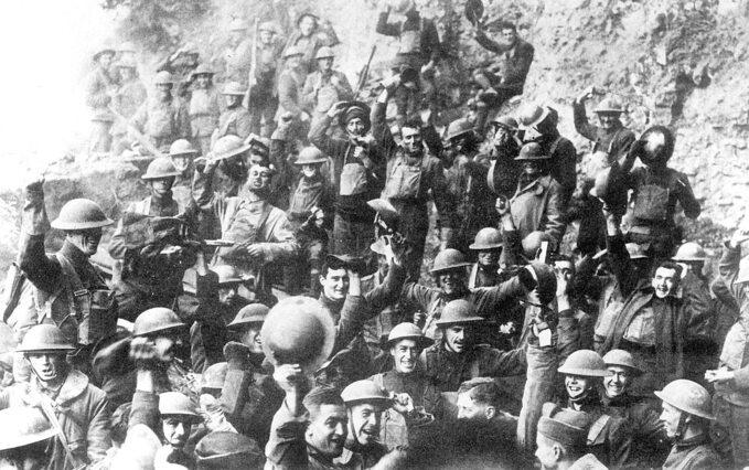 Żołnierze US Army świętują ogłoszenie zawieszenia broni, 11 listopada 1918 roku.