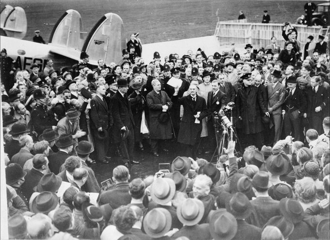 Neville Chamberlain nalotnisku Heston popowrocie zMonachium, 30 września 1938