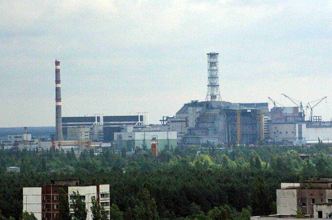 Widok naCzarnobylską Elektrownię Jądrową zdachu wieżowca wPrypec, 2007r.