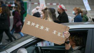 Gorąco w Warszawie. Demonstranci próbowali wedrzeć się na teren Sejmu