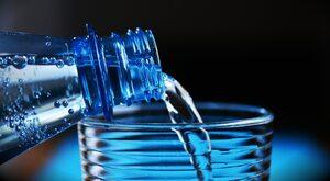 Burza o szklankę wody. Evian oskarżony o rasizm