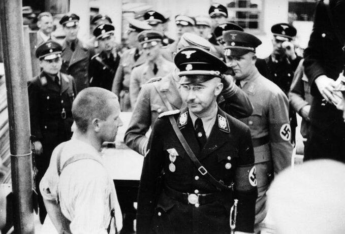 Rok 1936. Szef SS Heinrich Himmler wizytuje obóz koncentracyjny wDachau