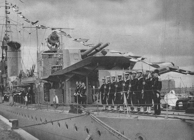 """Załoga """"Groma"""" podczas Święta Morza. Gdynia, 17 lipca 1937r."""