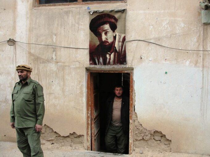 Portret Ahmada Szah Masuda napunkcie kontrolnym wDolinie Pandższeru