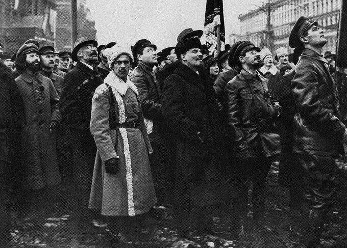 Lenin iJakow Swierdłow podczas odsłonięcia pomnika Marksa iEngelsa naplacu Czerwonym, 1918r.