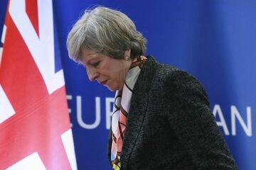 13. 12. || Nasilający się kryzys związany z negocjacjami dot. Brexitu osłabił pozycję premier Theresy May. Polityk ostatecznie utrzymała się na stanowisku, ale podczas głosowania ws. wotum zaufania przeciwko niej głosowało aż 37 proc. posłów jej partii.