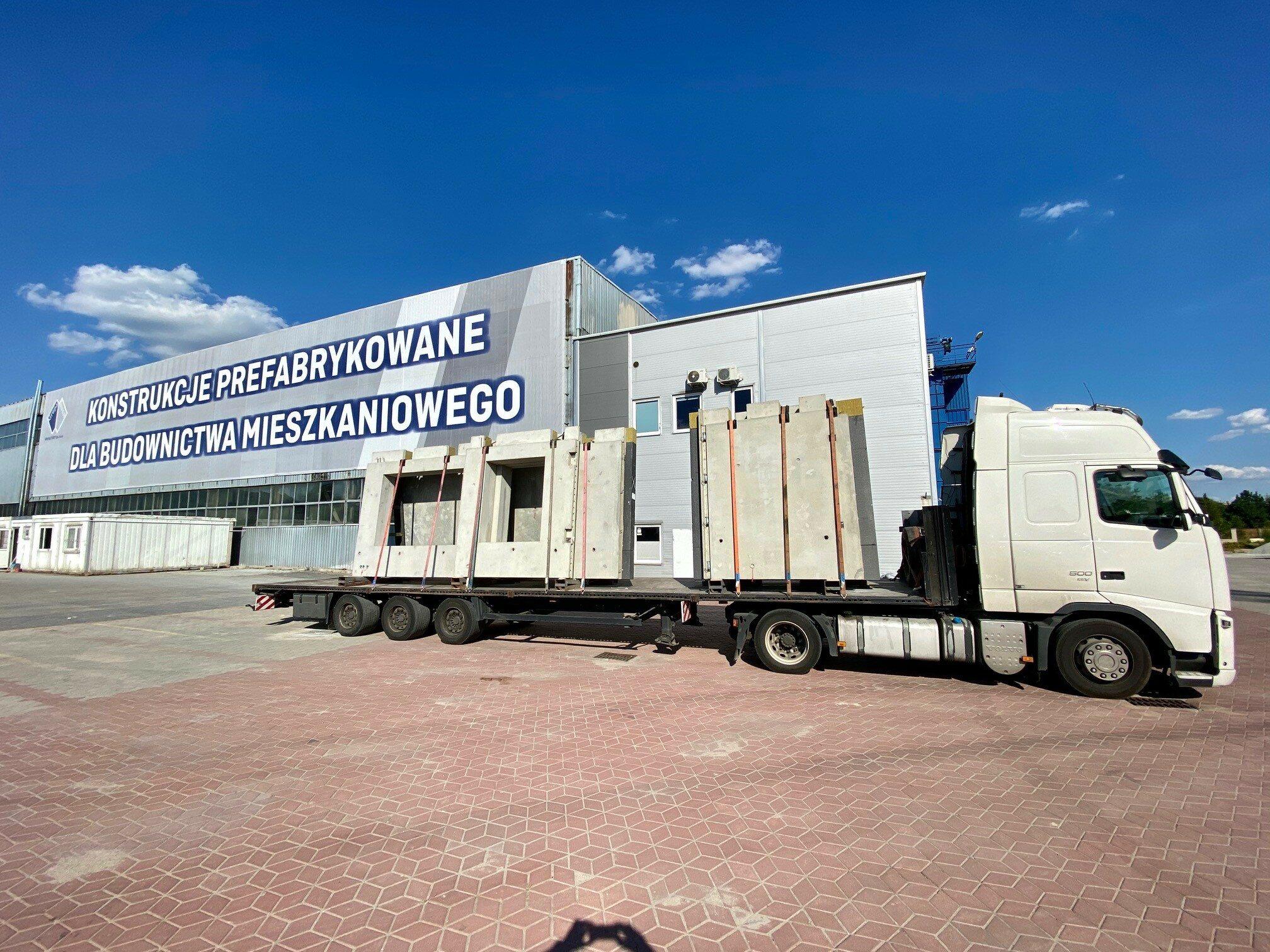1.Transport elementów prefabrykowanych z fabryki w Polsce na plac budowy Szwecji wymaga dobrze dopracowanych rozwiązań logistycznych.