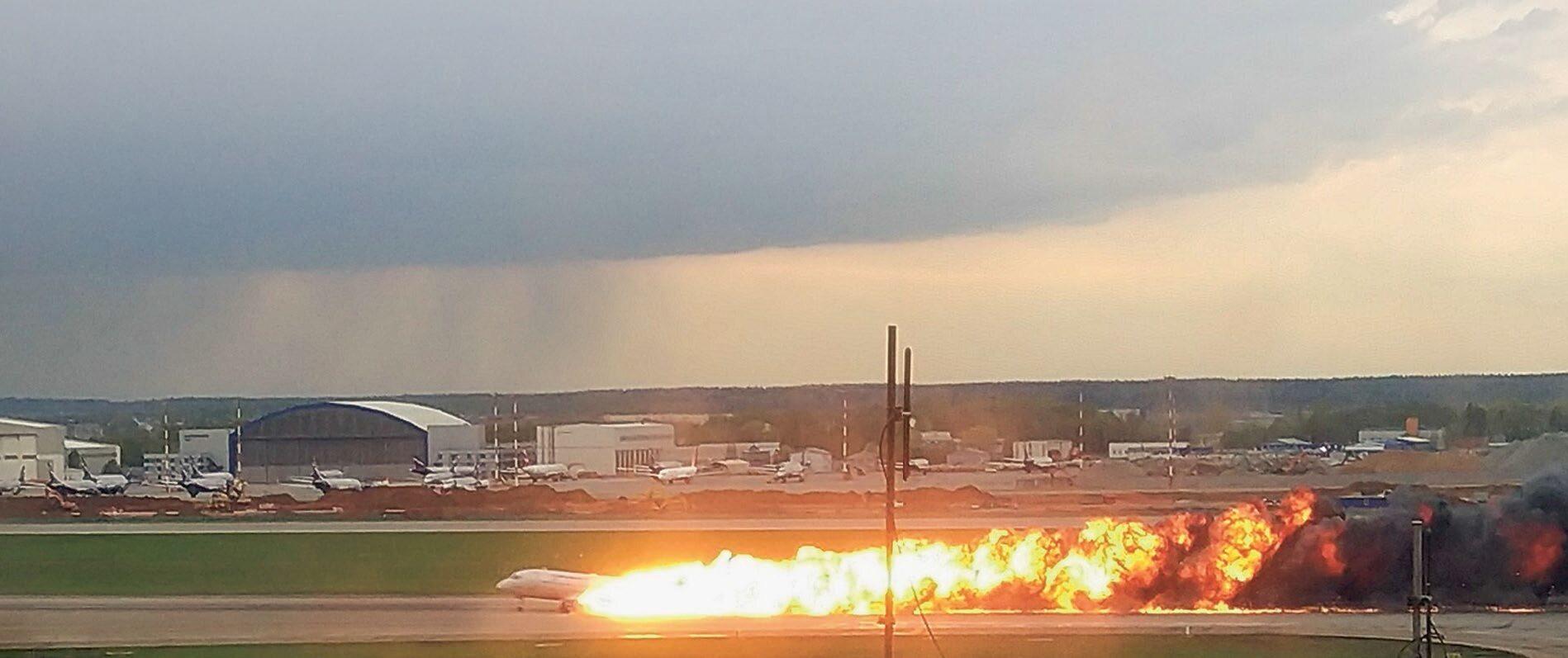 5 maja należący do Aerofłotu superjet 100 podczas awaryjnego lądowania stanął w płomieniach. Zginęło 41 osób