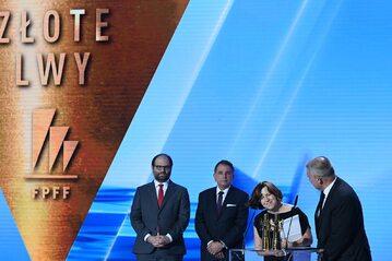 """8. Producent filmu """"Zimna wojna"""" Ewa Puszczyńska (2P) odbiera nagrodę Złote Lwy za najlepszy film festiwalu."""