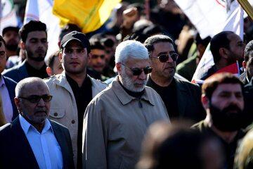 Abu Mahdi al-Muhandis podczas protestu przed ambasadą USA w Bagdadzie