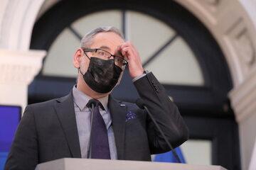 Adam Niedzielski podczas konferencji prasowej w Warszawie