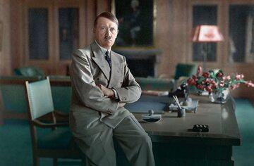 Adolf Hitler. Zdjęcie wykonane przez jego osobistego fotografa Heinricha Hoffmanna, kolorowane.