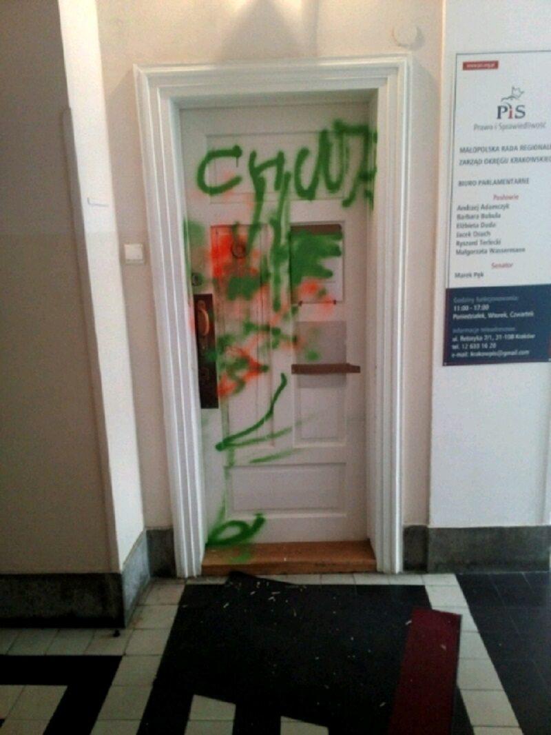 Akt wandalizmu. Ktoś pomazał drzwi biura PiS w Krakowie