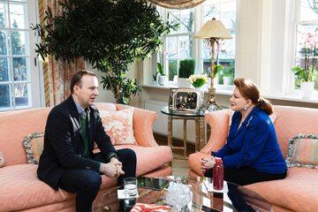 """Ambasador USA w Polsce Georgette Mosbacher rozmawia z dziennikarzem """"Do Rzeczy"""" Marcinem Makowskim."""