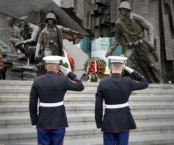 Amerykańscy Marines oddają hołd poległym Bohaterom Powstania Warszawskiego (zdjęcie z Twittera ambasady USA w Polsce).
