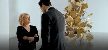 Amerykańska dziennikarka (Elisabeth Moss) w starciu z dyrektorem muzeum (Claes Bang)