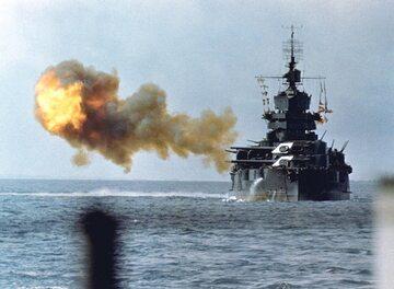 Amerykański okręt USS Idaho ostrzeliwuje Okinawę, 1 kwietnia 1945 r.