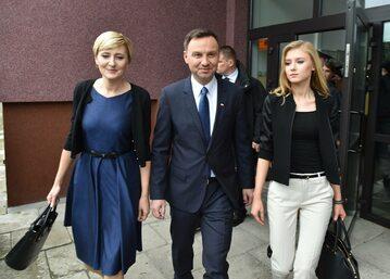Andrzej Duda (C) w towarzystwie żony Agaty (L) i córki Kingi (P)