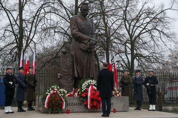 Andrzej Duda rozpoczął dzień od złożenia wieńca przed pomnikiem Marszałka Piłsudskiego przy Belwederze.