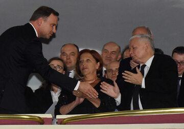 """Andrzej Duda wita się z Jarosławem Kaczyńskim. W środku widać Barbarę Skrzypek, czyli """"panią Basię"""""""