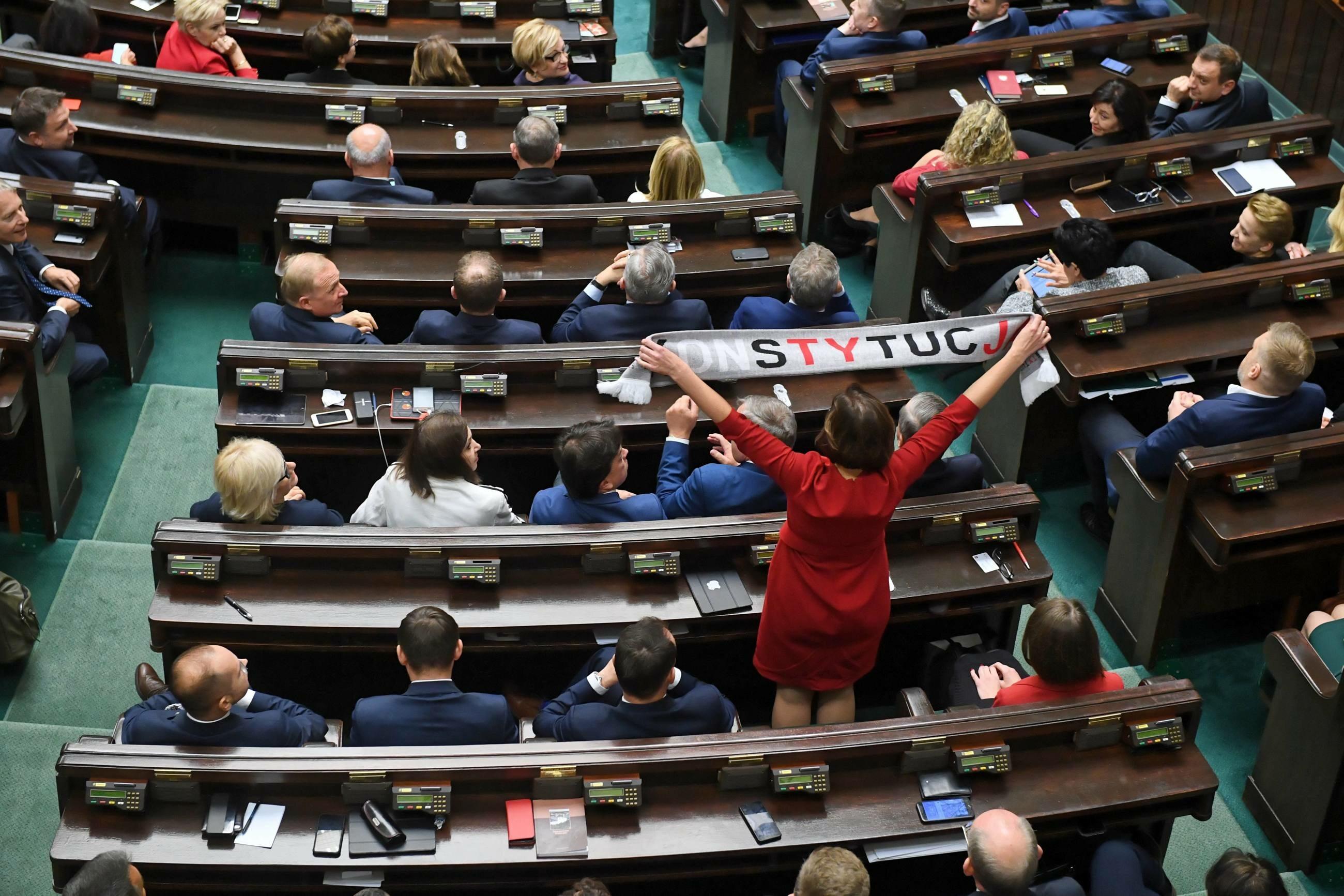 Anita Sowińska z szalikiem w Sejmie