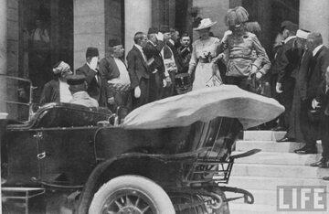 Arcyksiążę Franciszek Ferdynand z żoną Zofią chwilę przed zamachem