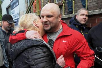 Arkadiusz Kraska opuszcza areszt śledczy w Szczecinie. Na wolności wita go żona Maria