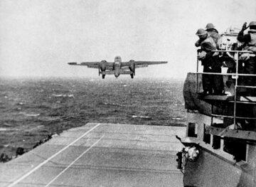 """B-25 startuje z lotniskowca """"Hornet"""", 18 kwietnia 1942 r."""
