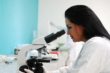Badanie pod mikroskopem. Zdj. ilustracyjne