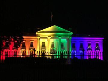 """Biały Dom oświetlony w kolorach """"tęczy"""" LGBT"""