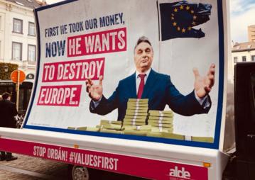 Bilbord Verhofstadt wymierzony w Orbana