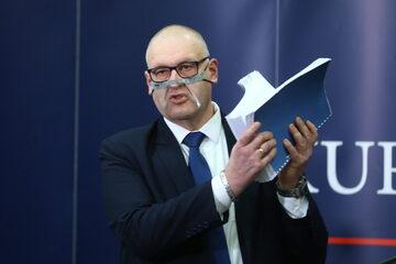 Bogdan Święczkowski podczas konferencji prasowej w Warszawie